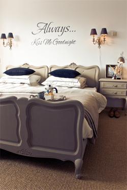 livdecoration werkt graag met muurteksten omdat dit sfeer geeft en vaak een kleine handeling is om op de muur te plakken muurteksten geven de slaapkamer