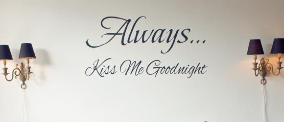 Romantische Slaapkamer Teksten : Always kiss me goodnight… muurtekst Verkoopstyling